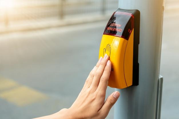 Pulsante di attraversamento di metallo giallo per segnale di attraversamento pedonale per le regole del traffico in europa.