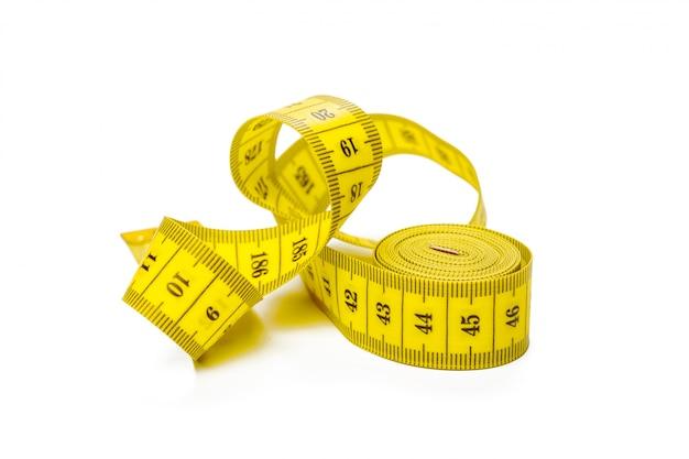 Nastro di misurazione metrico giallo isolato