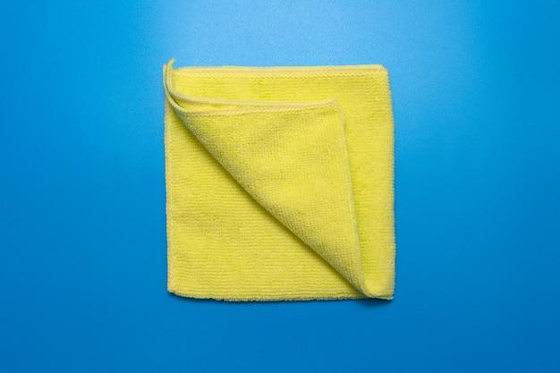 Panno in microfibra gialla per la pulizia di diverse superfici in cucina, bagno e altre stanze.
