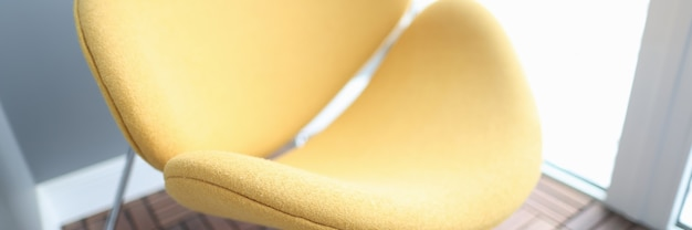La poltrona alla moda moderna gialla sta all'interno del primo piano