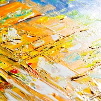 Pennellate di giallo arancio. sfondo astratto con vernice reale