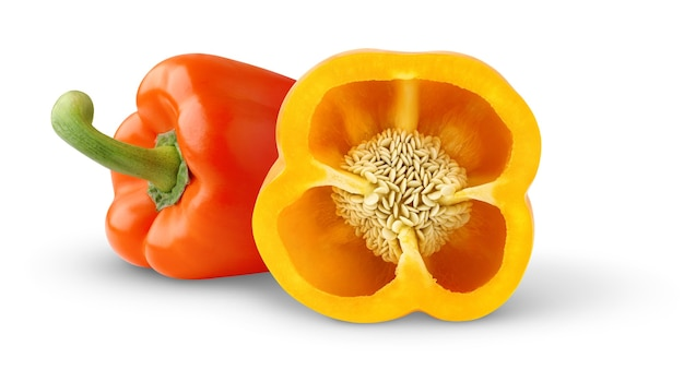 Peperoni dolci freschi gialli e arancioni isolati su superficie bianca