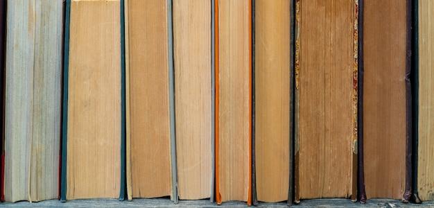 Pagine gialle vecchi libri di carta. sfondo per testi didattici.