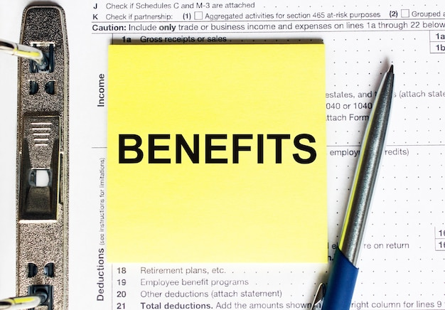 Carta gialla con benefici del testo. concetto finanziario