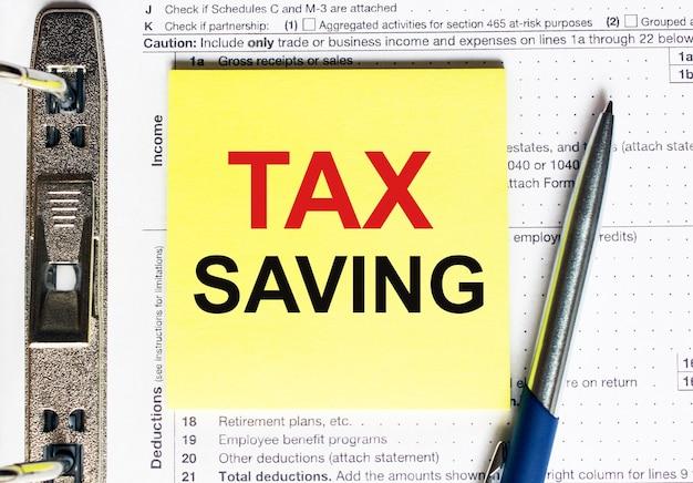Carta gialla con risparmio fiscale del testo. concetto finanziario