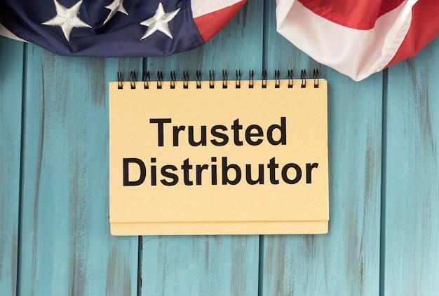 Carta gialla con testo trusted distributor sul bianco con pennarello rosso