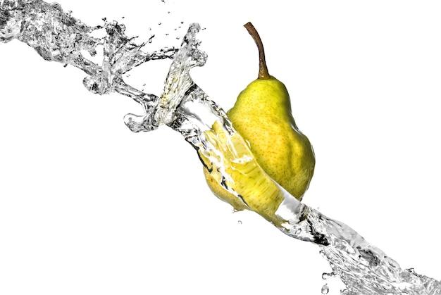 Pera gialla con spruzzi d'acqua isolati su bianco
