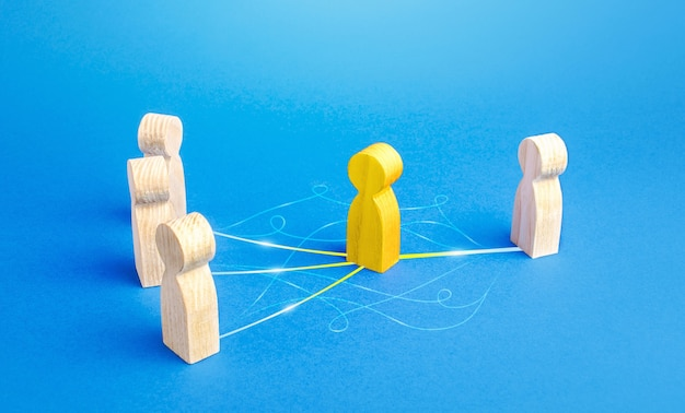 La persona gialla funge da mediatore tra le persone. feste ponte, comunicazione