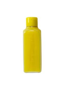 Bottiglia di plastica gialla isolata su superficie bianca
