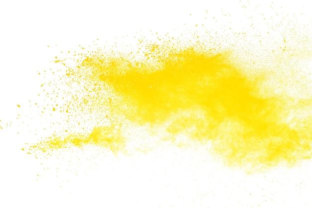 Esplosione di polvere gialla isolata su sfondo bianco.