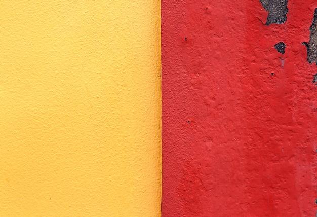 Muro di cemento giallo e rosso