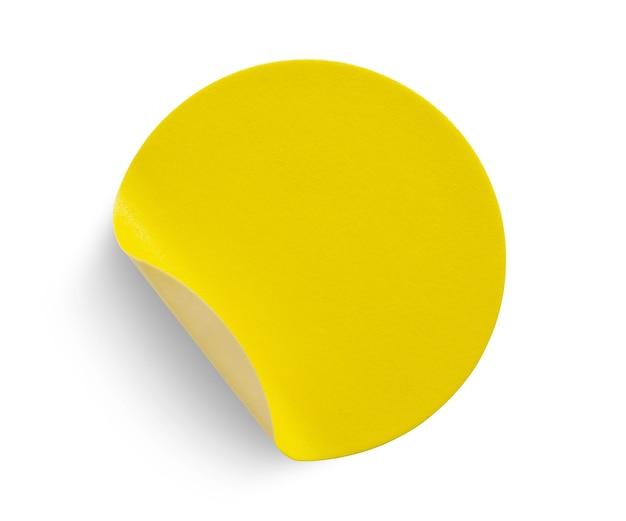 Etichetta adesiva di carta rotonda gialla isolata su sfondo bianco