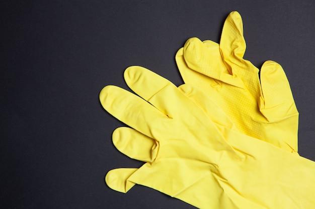 Guanti di gomma gialli su sfondo nero