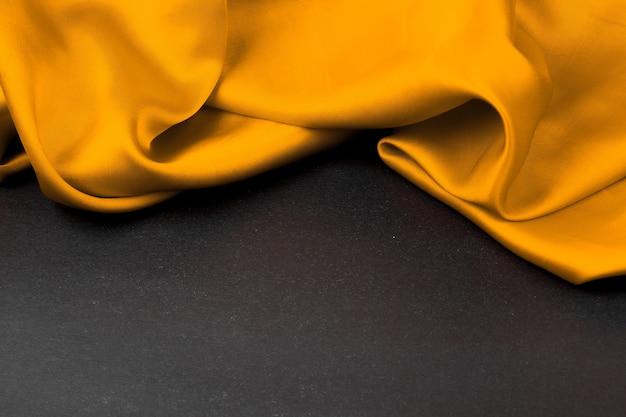 Raso giallo su sfondo nero