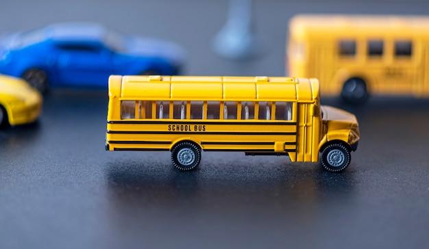 Giocattolo dello scuolabus giallo con più sfocato sullo sfondo