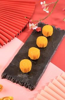 Torta di luna con pelle di neve gialla torta tradizionale cinese colorata a base di farina di riso appiccicoso e farcita con vari tipi di pasta all'interno. concetto mid autumn festival