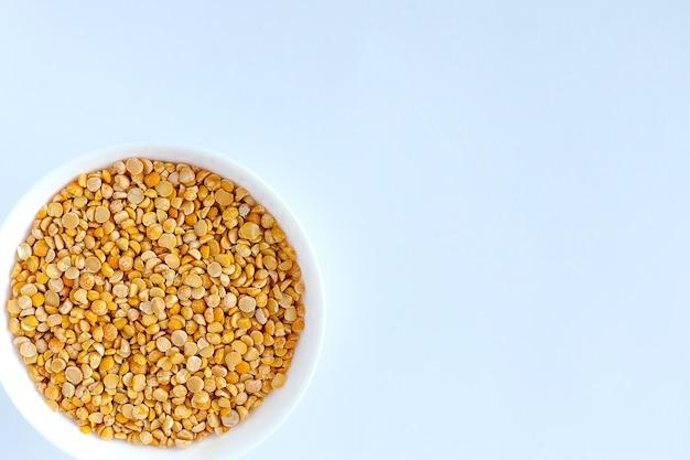 I piselli spezzati gialli venivano usati per preparare la zuppa in una ciotola bianca