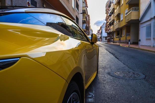 Automobile sportiva gialla parcheggiata sulla strada dell'alicante