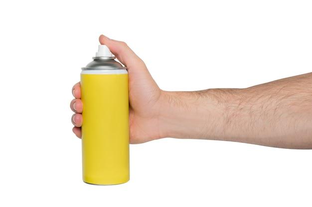 Bomboletta spray gialla per spruzzare in una mano maschile. nessuna iscrizione. sfondo bianco