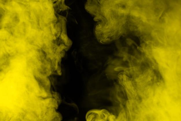 Vapore giallo su sfondo nero. copia spazio.
