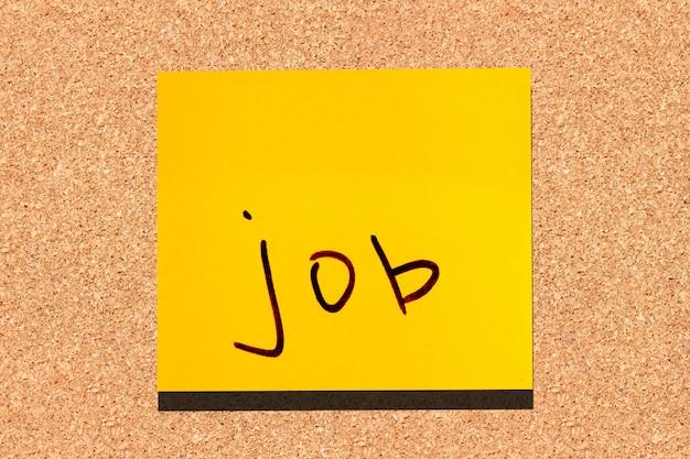 Foglia gialla appiccicosa sul muro. lavoro di parola marcatore di iscrizione