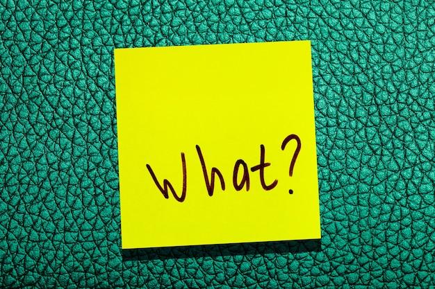 Foglia gialla appiccicosa sul muro. marcatore di iscrizione parola cosa?
