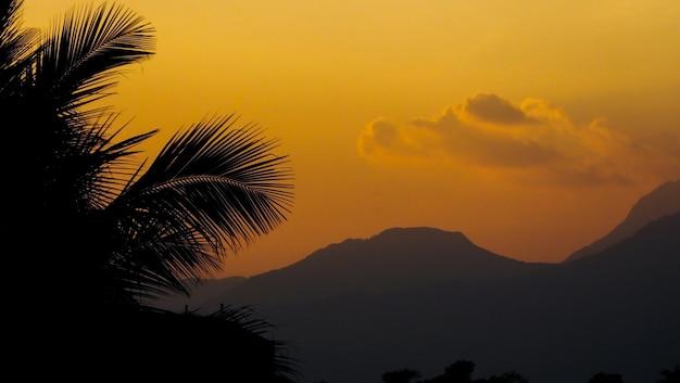 Tramonto giallo alla spiaggia di tamil nadu