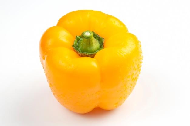 Peperone dolce giallo su sfondo bianco. cibo vitaminico