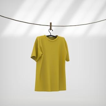 T-shirt gialla che appende la corda