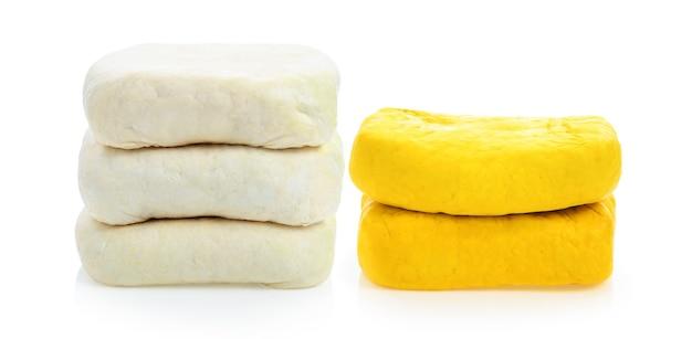 Tofu giallo isolato