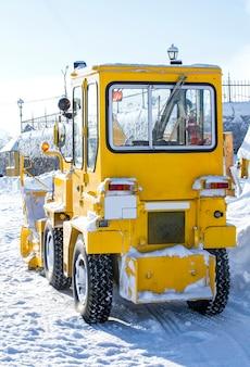 Trattore giallo per sgombero neve