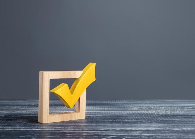 Segno di spunta giallo in una casella di controllo sulle elezioni democratiche