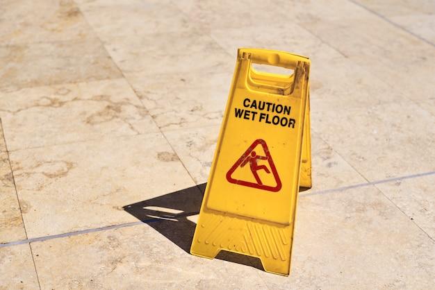 Segnale di avvertenza giallo pavimento bagnato