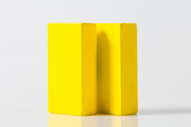 Bordo di legno giallo isolato su uno sfondo bianco