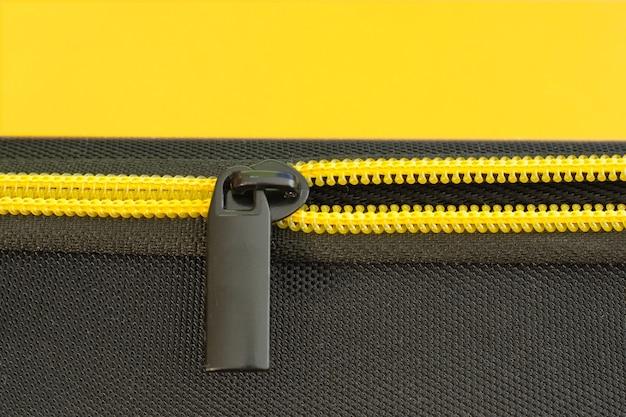 Primo piano giallo della chiusura lampo. colori moderni grigi e gialli, copia dello spazio.