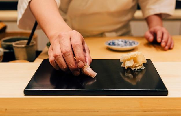 Sushi di ricciola dalla coda gialla serviti a mano