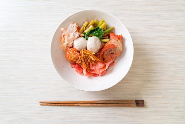 (yen-ta-four), noodle secchi in stile tailandese con tofu assortiti e polpette di pesce in zuppa rossa, stile asiatico