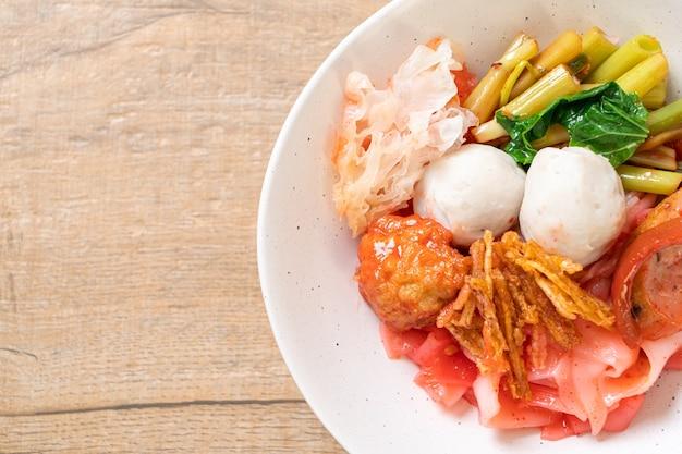 (yen-ta-four) - pasta secca in stile tailandese con tofu assortito e polpetta di pesce in zuppa rossa