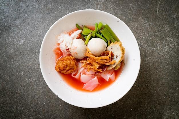 (yen-ta-four) - noodle in stile tailandese con tofu assortito e polpette di pesce in zuppa rossa - stile di cibo asiatico