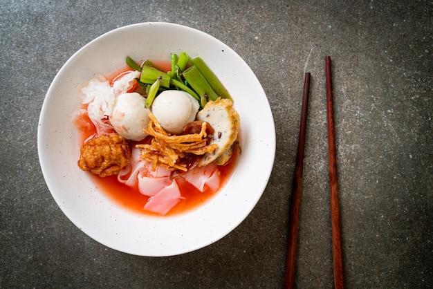 (yen-ta-four) - tagliatella in stile tailandese con tofu assortito e polpetta di pesce in zuppa rossa - stile di cibo asiatico