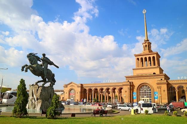 Stazione ferroviaria di yerevan con la statua di sasuntsi davit yerevan armenia