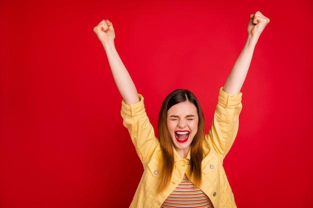 Sì. foto di attraente signora pazza buon umore esultanza alzare i pugni urlando migliore vittoria occhi chiusi momento di gloria indossare casual giacca blazer giallo isolato sfondo rosso vivido