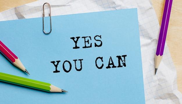 Sì, puoi scrivere un testo su un foglio con le matite in ufficio