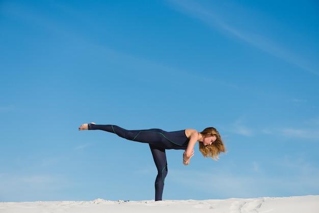 Posa dell'equilibrio di yoga nel deserto