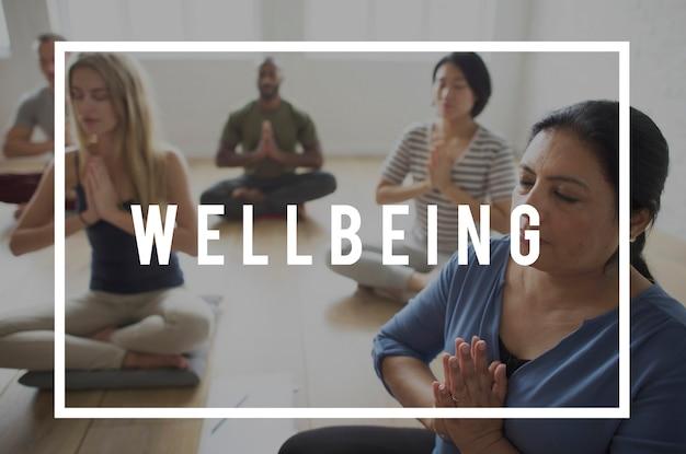 Yoga classe esercizio forza tranquillo sanità benessere benessere
