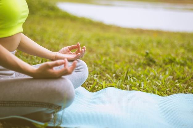 Fondo confuso del fuoco selettivo di yoga