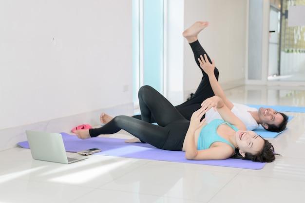 Lezione per principianti di yoga e meditazione con personal trainer al fitness. allenamento ed esercizio fisico per una salute. attività e stile di vita della donna asiatica.