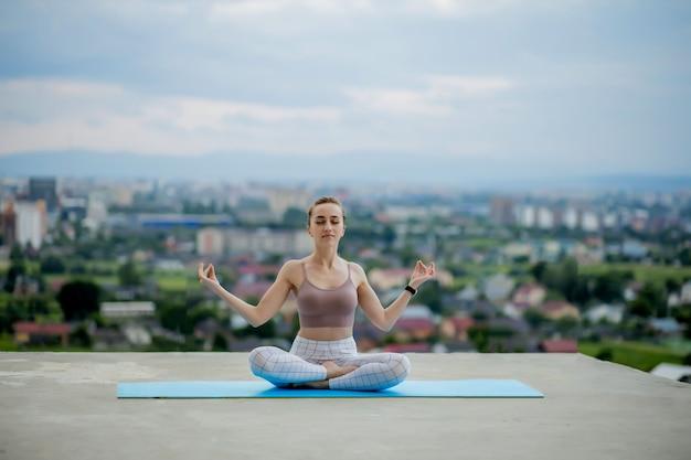 Yoga e meditazione con una grande città