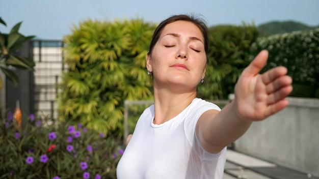 Yoga all'aria aperta. primo piano di una donna in una posa di guerriero.