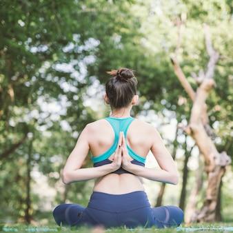 Yoga nel parco esercizio sano.